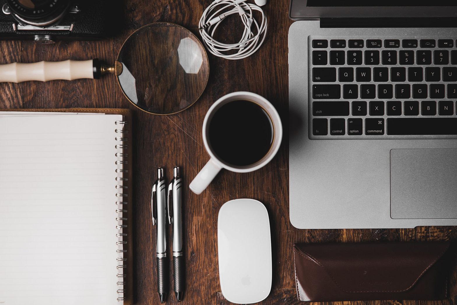 Biurko z artykułami biurowymi oraz kawą