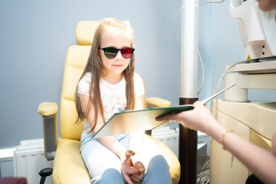 Dziecko w gabicenie na badaniach wzroku