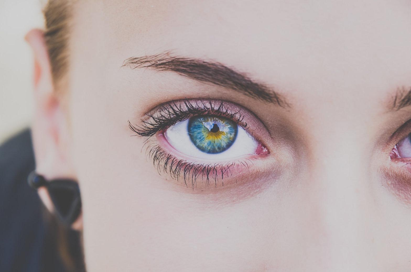 Niebieskie, kobiece oko z zielonym środkiem