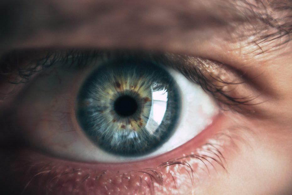Zbliżenie na oko z niebieską tęczówką
