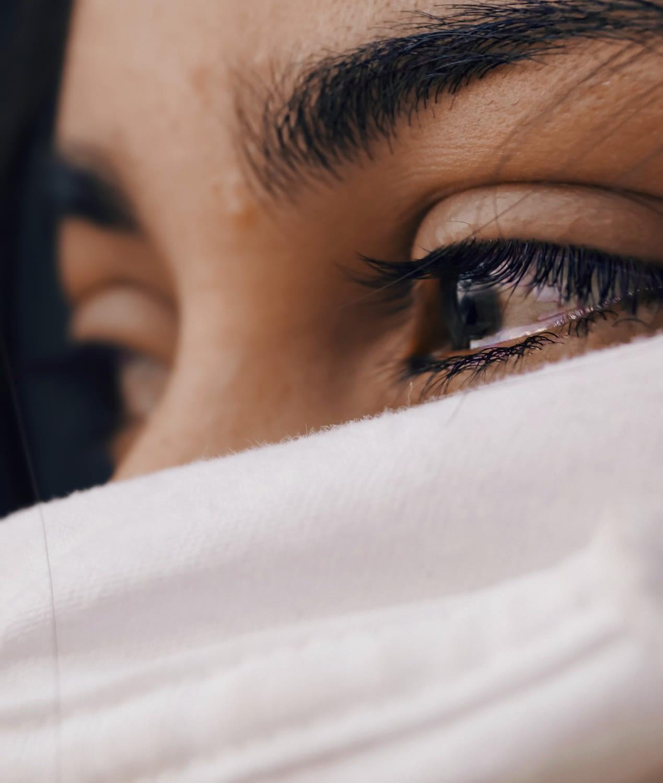 Zbliżenie na ciemne oczy u kobiety