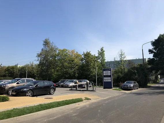 Wjazd na parking przy Vidium Medica w Krakowie.