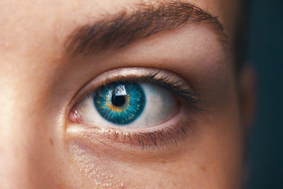 Oko z niebieską tęczówką z bliska